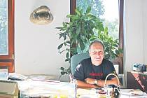 ZA PSACÍM STOLEM. Jiřímu Trávníčkovi zdobí kancelář hlava i kůže obrovského aligátora. Tomu bylo 31 let, když zemřel stářím v zoologické zahradě v Plzni.