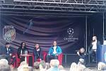 Sledování losování skupin Ligy mistrů u stadionu v Plzni