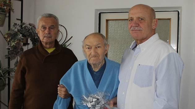 Trenér Miroslav Moulis (uprostřed). V prosinci minulého roku mu přišli k 85. narozeninám pogratulovat Vladimír Jarý (vpravo) a Pavel Čejka.