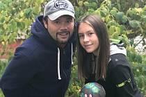 VÁCLAV BEZDIČKA (na snímku vlevo) může být pyšný na své děti. Dcera Viktorie hraje házenou za plzeňský klub DHC, syn David působí aktuálně ve fotbalové Viktorii Žižkov.
