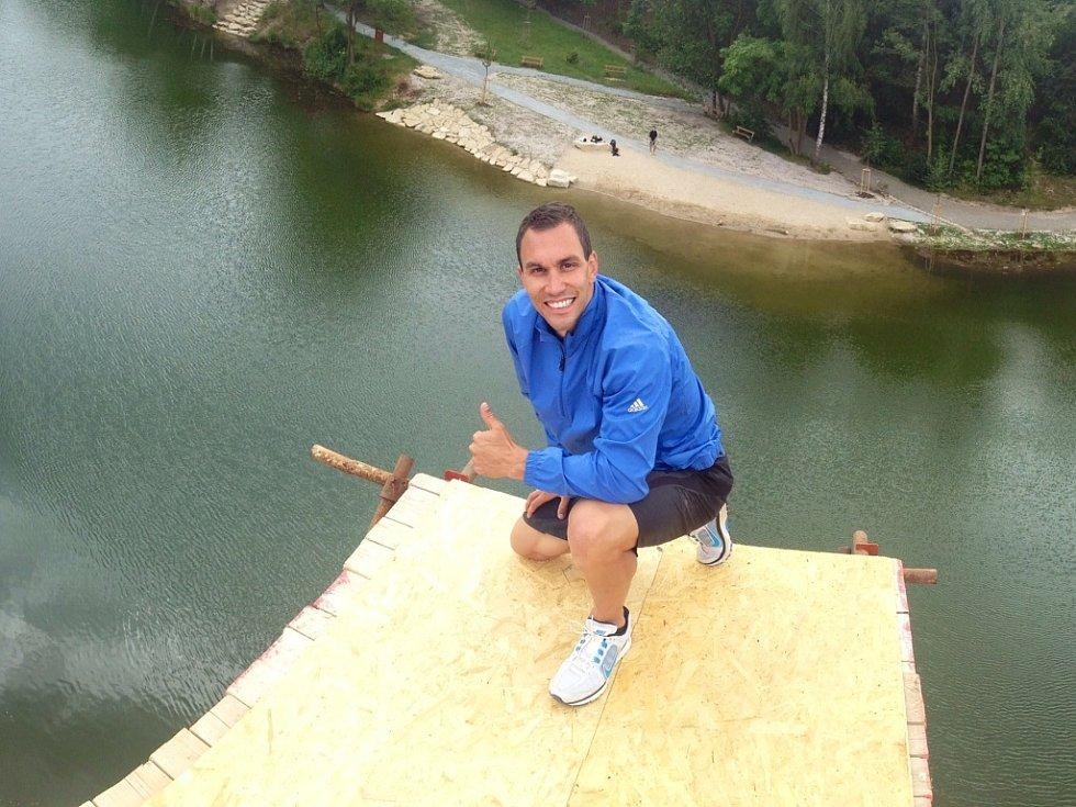 Špičkový světový závodník v extrémních skocích do vody Michal Navrátil se vrátil do Plzně, kde často trávil prázdniny. Na snímku na skokánku nad Košuteckým jezírkem.