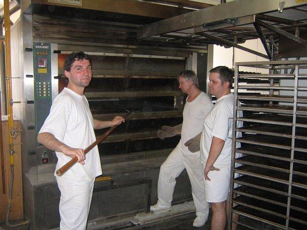 Hygienické normy pro potravinářskou výrobu jsou přísné, proto pekaři z Pekárny Plasy chodí do práce v bílém
