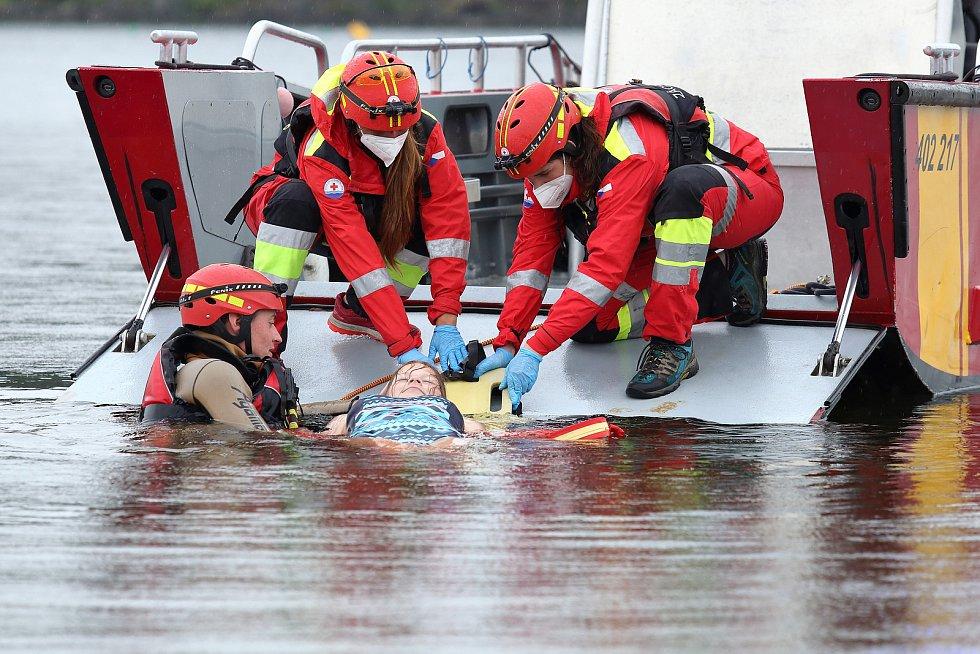 40 - Ukázka zásahu záchrany tonoucího z vody.