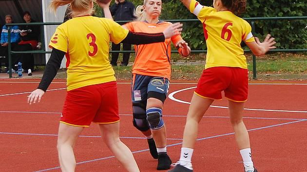 Nejlepší střelkyní Příchovic při výhře 22:18 v Krčíně byla s devíti přesnými zásahy kapitánka Jolana Levorová (s míčem).