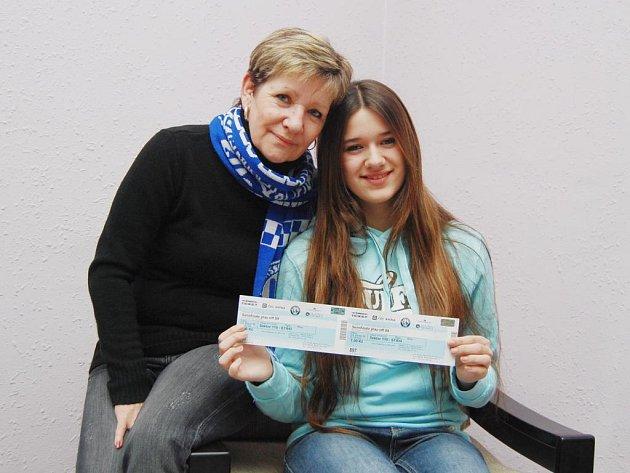 Velkou radost z výhry ve čtenářském soutěži měla Danuše Rendlová z Plzně. Do redakce si pro vstupenky přišla s hokejovou šálou HC Lasselsberger kolem krku a se čtrnáctiletou dcerou Aničkou, rovněž velkou fanynkou plzeňských hokejistů