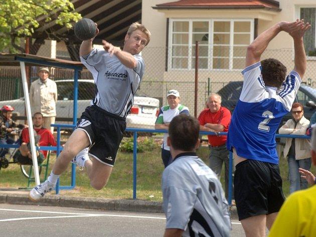Ve vítězném duelu se Starou Hutí si útočník Újezda Ladislav Beneda (ve výskoku) připsal jednu branku
