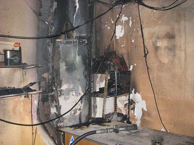 Kancelářské vybavení patřící obchodu v Přeštické ulici hasiči zachránit nedokázali. Do skladu se ale plameny nedostaly