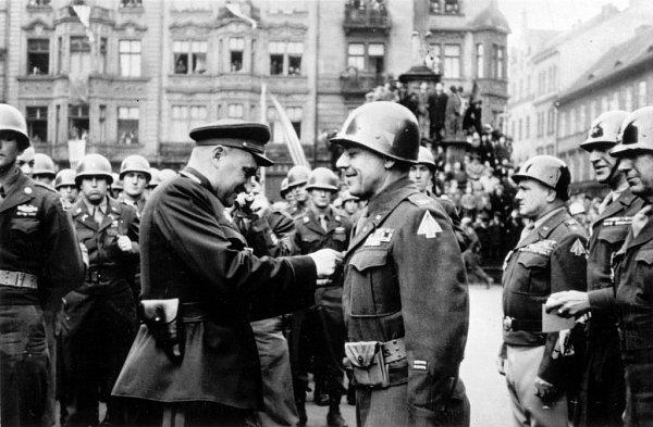 Momentka ze 4.července 1945, kdy se Rusové na náměstí Republiky sešli sAmeričany