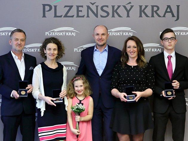 Cenu si od hejtmana Josefa Bernarda převzali (zleva): Martin Kotýk, Magdalena Rogozov, Lenka Kodýtková a Filip Viduna.