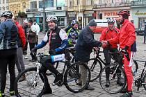 Peloton, který letos tvořili hlavně bývalí závodníci a veteráni z plzeňských oddílů, dojel na plzeňské náměstí v poledne. Tam už čekali další příznivci cyklistiky a také trenéři s funkcionáři.