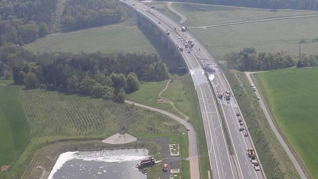 Retenční nádrž u dálnice D5 (vlevo dole) na archivním snímku Zdeňka Šusťáčka