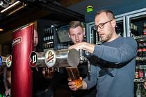 Fotbalisté Viktorky čepují pivo
