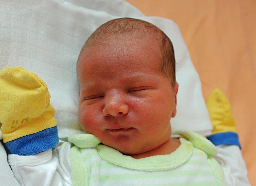 Filip Calta se narodil 15. září v 7:51 mamince Lence a tatínkovi Pavlovi z Plzně. Po příchodu na svět ve Fakultní nemocnici na Lochotíně vážil bráška dvouletého Kubíka 3680 gramů a měřil 52 centimetrů.