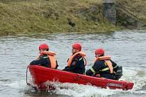 Cvičení hasičů na řece v Plzni v Lobzích
