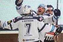Radost hokejistů HC Škoda Plzeň po gólu Tomáše Svobody