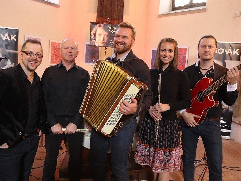 Petr Novák ForeverKapela hraje ve složení (zleva) Jiří Bláha, Jiří Svatoš, Vít Bunda, Tereza Pulcová a Luboš Muchna