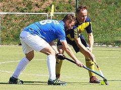 Jedinou branku rezervy Litic v prvním utkání jarní části extraligy pozemních hokejistů proti slovenskému týmu Rače vstřelil hrající kouč Jan Dolejš (v modrožlutém dresu).