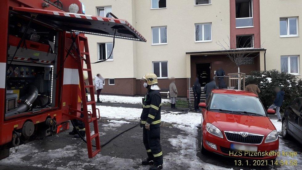 V plzeňské ulici Pod Švabinami zahořelo ve čtyřpatrovém bytovém domě, na místo vyjelo pět jednotek hasičů.