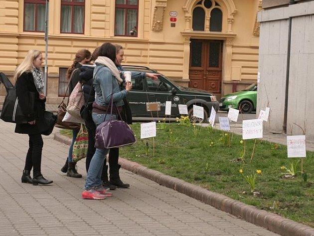 Manifest jara - Manifest zdravého rozumu. Asi 50 květin a 25 transparentů zaujalo každého kolemjdoucího