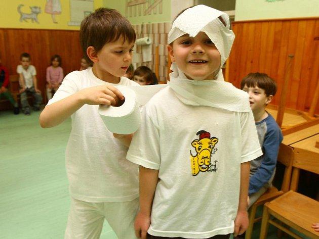 Děti z 32. mateřské školy v Resslově ulici včera zakončily celozimní akci Čas ledových květů. Kluci za hlasitého povzbuzování ostatních dětí soutěžili, kdo udělá pomocí roličky toaletního papíru nejdříve sněhuláka ze svého kamaráda