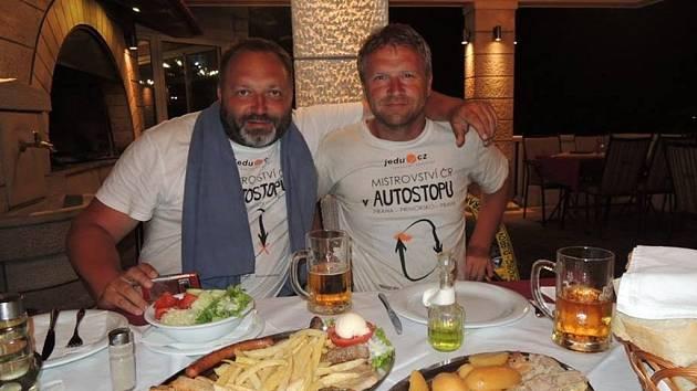 Luboš Neckař (vlevo) a Milan Holar  jsou oba nadšení stopaři. Proto se rozhodli, že se zúčastní letošního třetího ročníku Mistrovství ČR v autostopu.