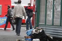 Hromady odpadků jsou všude kolem zastávek. Úřad městského obvodu Plzeň 3 slibuje rychlý úklid a zajištění pořádku