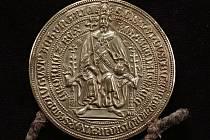 PEČEŤ ze souboru čtyř zlatých bul, které byly vyhlášeny archivní kulturní památkou.