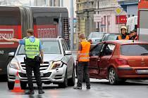 Ranní nehoda komplikovala provoz Husovou ulicí. Dopravu museli řídit policisté.