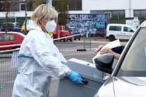 Lidé v karanténě nebo izolaci mohou v Plzni odvolit na volebním místě v Depu 2015 v Cukrovarské ulici. Drive In stanoviště je otevřeno do dnešní 17. hodiny a voliči vše vyřídí bez vystupování přímo ze svého auta.