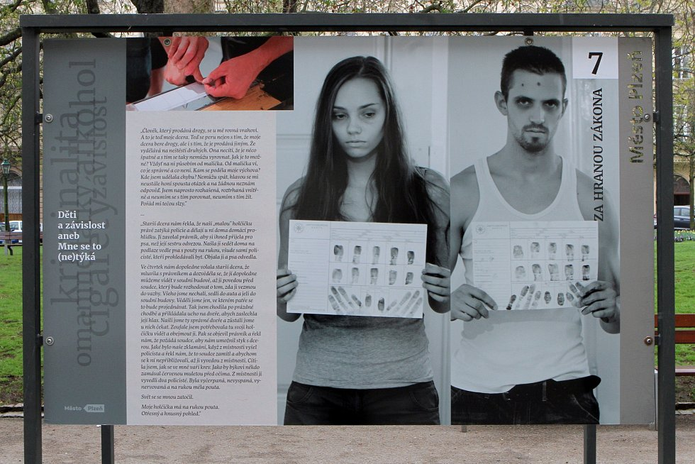 Výstava o problematice dětské drogové a jiných závislostech je k vidění v prostoru U Branky v městských Smetanových sadech.