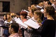 Plzeňská filharmonie před svým nedělním odjezdem intenzivně několik dní zkoušela spolu s pěveckými sbory. Počet účinkujících je dvě stě padesát, a tak si na zkoušky museli pronajmout  areál DEPO2015