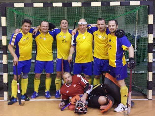 Pozemní hokejisté z Plzně-Litic skončili na turnaji vDrážďanech druzí. Na fotce kádr týmu (zleva) Hofman, Hofrichter, Dolejš, Čvančara, Levý, Míka, vpředu leží Kordík