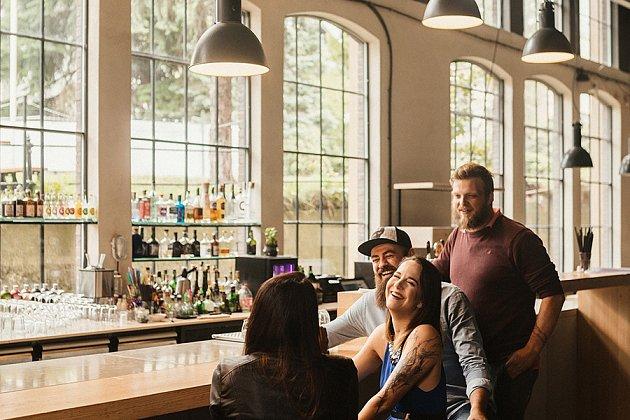 Kavárna a bar vindustriálních prostorách Papírny. Foto: Studio Petrohrad