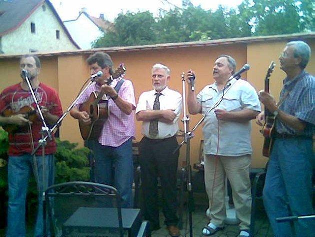 Advokát Ludvík Rösch (uprostřed) a kapela Futrál při čtvrteční slavnosti Na dvorečku v Malé ulici