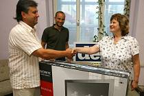 Hana Synáčová z Plzně si odnesla tento týden z redakce Plzeňského deníku nový LCD televizor SONY. Předal jí ho František Kalista provozní ředitel společnosti ELIOD servis (vlevo) a regionální šéfredaktor Deníků v západních Čechách Aleš Tolar (uprostřed)
