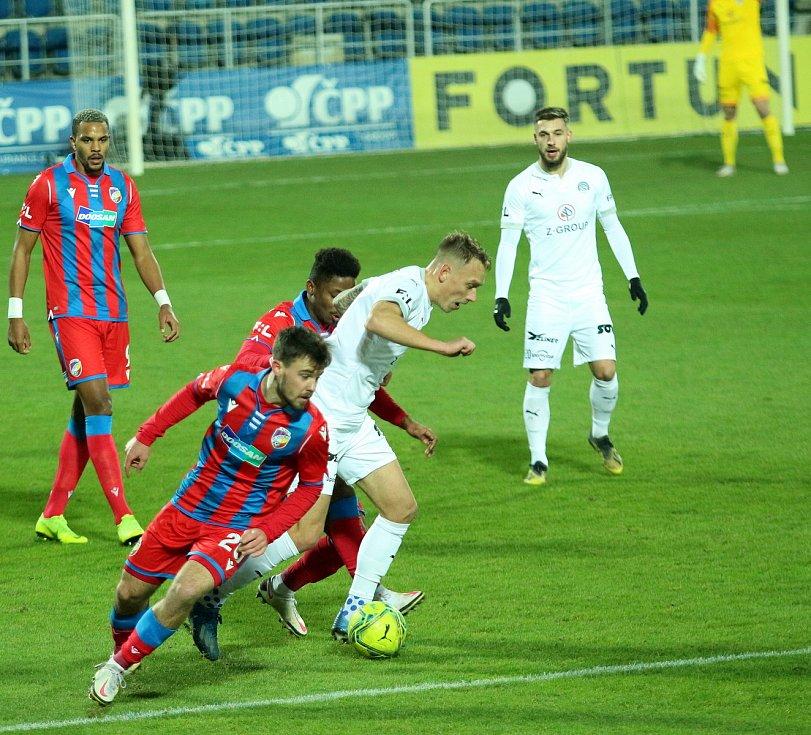 Fotbalisté Slovácka (v bílých dresech) po dvou porážkách hostili trápící se Plzeň.