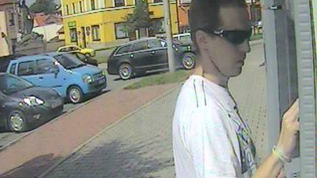 Zloděje natočila kamera u bankomatu