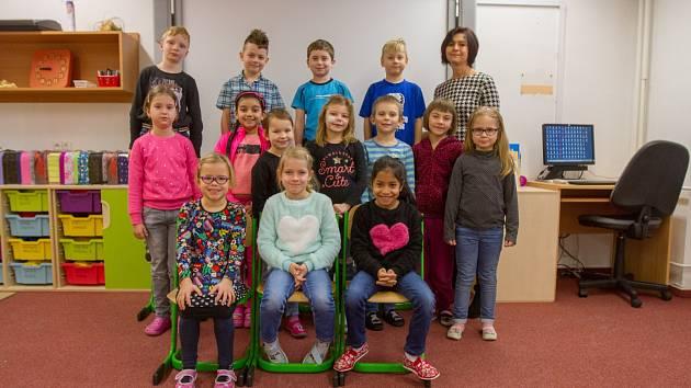 Žáci 1. A Benešovy ZŠ Plzeň v Doudlevecké ulici s třídní učitelkou Ivanou Čapíkovou.