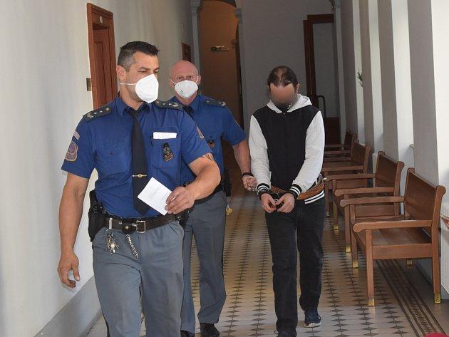 Radek Alexandr K., obžalovaný ztýrání svěřené osoby, ohrožování výchovy dítěte, znásilnění a týrání osoby, uKrajského soudu vPlzni.