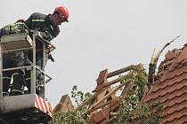 Střechu kostela Nanebevzetí Panny Marie v Plané poškodila lípa, která padla po bouři