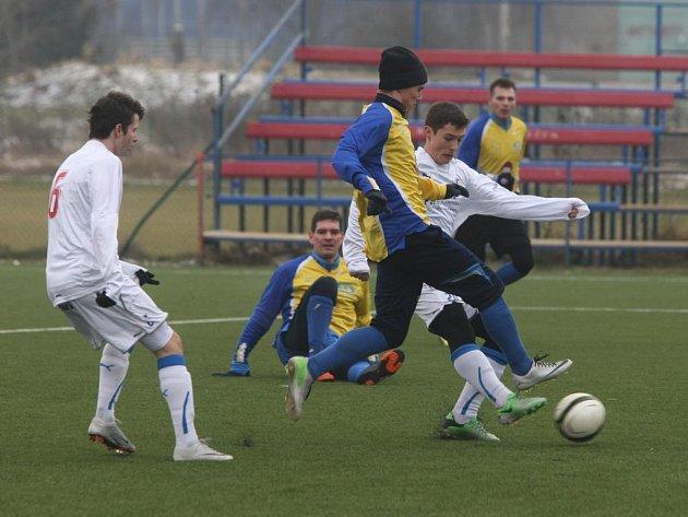Dorostenci FC Viktoria Plzeň U19 (v bílých dresech) podlehli v přípravném duelu diviznímu celku muřů Senka Doubravka 1:4