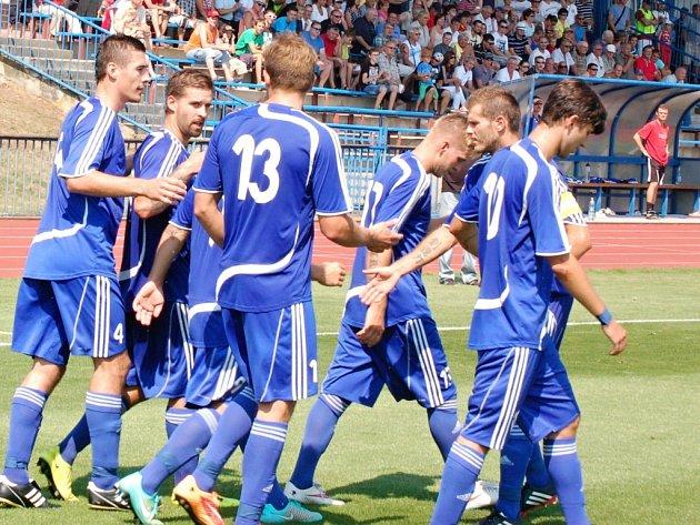 Fotbalisté Tachova  se radují z gólu, který vstřelili Štěchovicím.