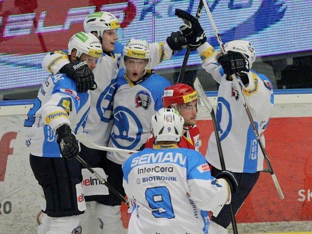 Hokejisté Plzně se radují z gólu proti Třinci.