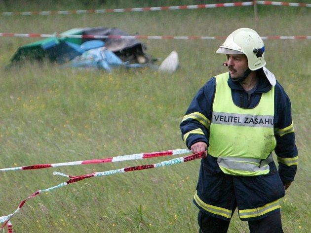Hasiči okolí vraku letadla neprodyšně uzavřeli. Těla obětí vyprostili až po několika hodinách