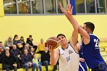 BASKETBALISTA MARTIN MACH (na snímku v bílém) hraje za prvoligovou Plzeň a za Děčín v nejvyšší soutěži.