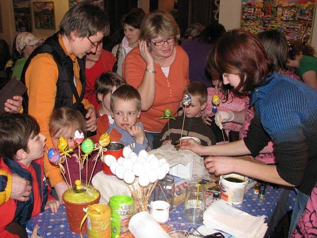 Při sobotním zahajování sezony si návštěvníci Mariánské Týnice mohli sami vyrobit a odnést velikonoční vajíčka
