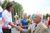 Vítězka závodu jednotlivců Evropského poháru mládeže v moderním trojboji v Plzni Ruska Savinová přijímá gratulaci od vnuka generála Pattona, Georga Pattona Waterse