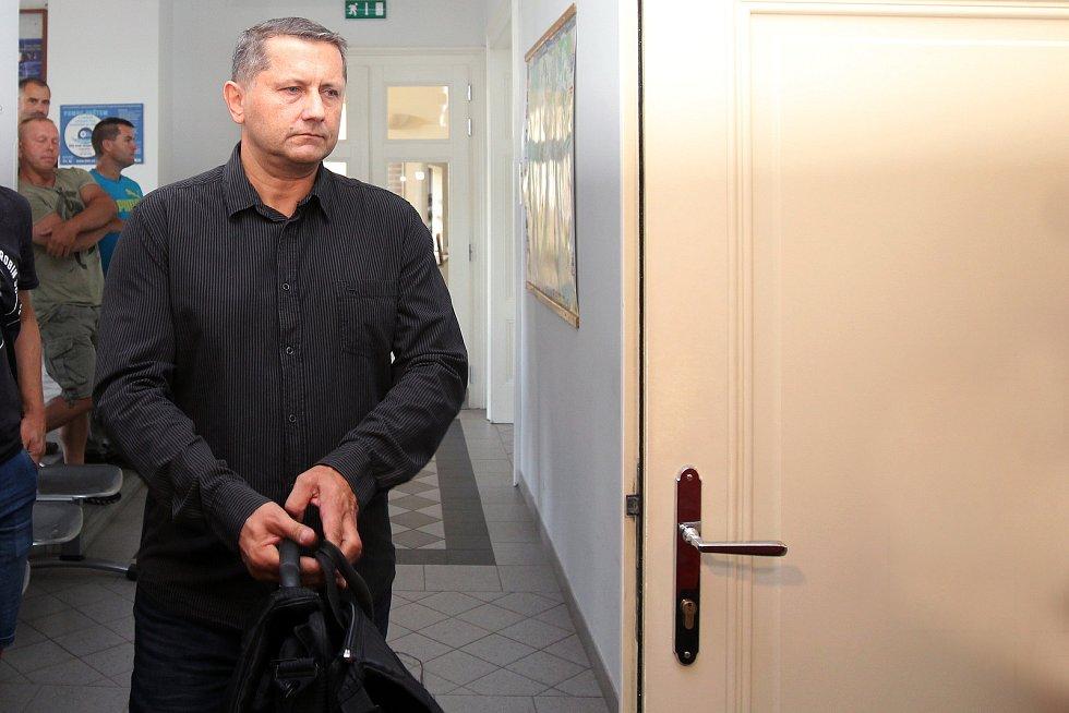 Obžalovaný policista Vladimír Slavotínek, zástupce velitele krajské zásahové jednotky PČR stanul před  Okresním soudem Plzeň - město.
