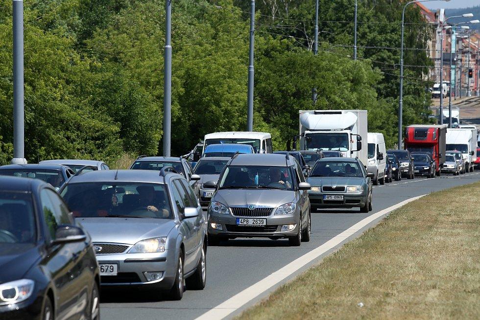 Policie uzavřela po úniku sirovodíku v čističce její okolí i komunikace spojující centrum Plzně s částí Přední Skvrňany.