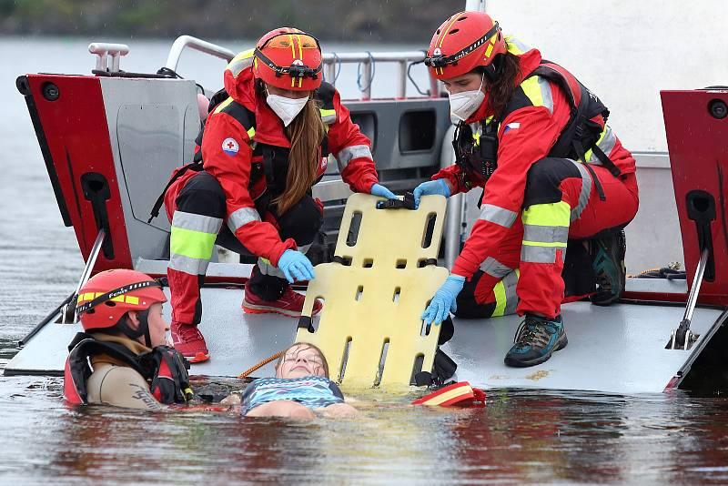 38 - Ukázka zásahu záchrany tonoucího z vody.